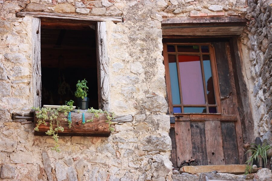 Exploring Lagrasse with Kids - Lagrasse village houses